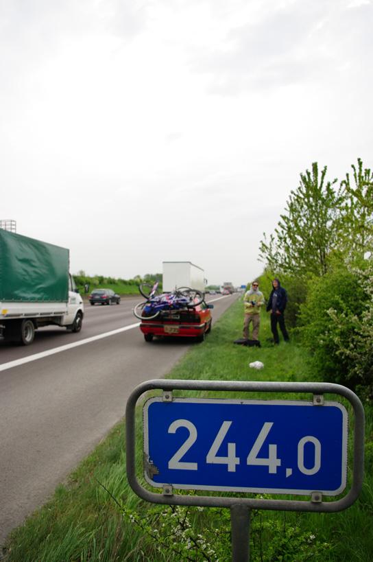 ilometer 244 und wir stehen. Aber nicht, weil es auf der Autobahn so schön ist, sondern weil das Coupé streikt. Mit Hilfe der gelben Engel waren wir mit einer Stunde Verspätung wieder auf dem Weg nach Köln. Auf der Autobahn stehen zu bleiben, ist absolut erschreckend!