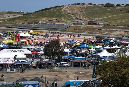 Im Vordergrund ist das Festivalgelände und hinten am Hang ist der Slalom Kurs zu sehen.