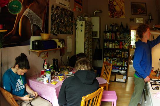 Die WG von Ralf in Köln/Kalk ist dope. Es gab jeden morgen deluxe Frühstück für die gesamte Belegschaft. Brötchen, Ei, Kaffee mmmh!  Abends wurde meist Pizza bei Enzo bestellt. Ist auch nicht der erste Trip, wo wir nach einer Session bei Enzo gelandet sind. Buona Notte mein Freund!
