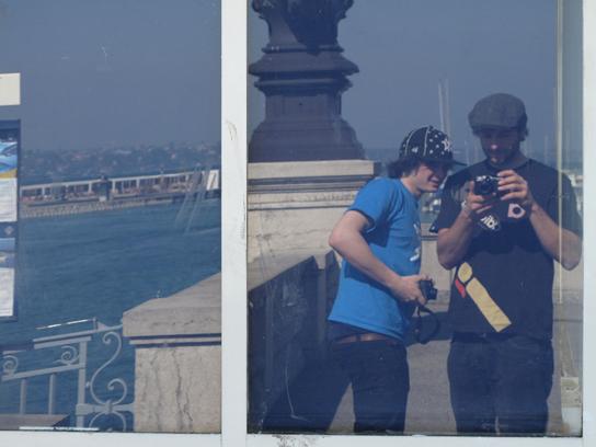 Zwischenstopp am Genfer See! Die Touris (links Max, rechts Joscha) finden ihre neuen Digicams so geil, dass sie sich sogar im Spiegel fotografieren!