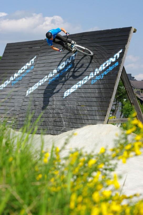 """Der Slopestyle kriegt jedes Jahr ein paar neue Obstacles dazu, aber vielleicht sollte man die """"alten"""" Hindernisse mal etwas runderneuern. Carlo Dieckmann an der Wall. Pic: Kjeldy"""