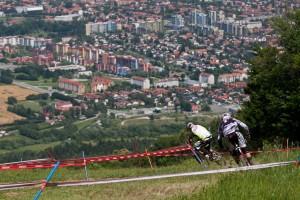 Vom Track aus hat man einen guten Blick über die zweitgrößte slowenischen Stadt. Peaty und Minnaar bahnen sich vor den Wohnsiedlungen von Maribor ihren Weg zum nächsten Waldstück. Pic: Sebastian Schieck