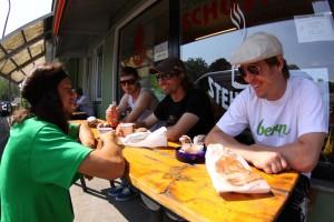 """Der erste Tag auf dem Roadtrip beginnt mit einem """"Champions-Breakfast"""" in Augsburg. Pic: Uwe Bartesch"""