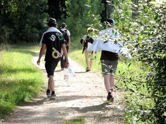 Tag 3! Auf dem Weg zum Waschen im Rhein! Man beachte den gesammelten Pfand in Marius Hand! Gold wert! Pic: Charles
