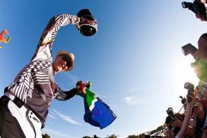 Greg Minnaar feiert beim Saisonauftakt in Pietermaritzburg seinem Sieg vor heimischem Publikum. Drei Runden vor dem Finale in Schladming führt er die Gesamtwertung an, doch die Konkurrenz ist ihm dicht auf den Versen. Pic: Sebastian Schieck