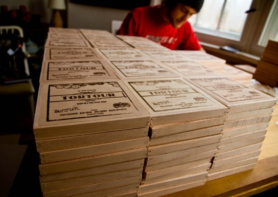 Jede Kiste wurde einzeln gepackt und mit einer der wertvollen Scheiben versehen. Pic: Charles