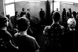 Ridersbriefing. Robin Specht erklärt, wie er sich die Show vorstellt. Pic: Thomas Dietze