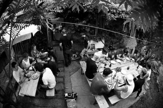 Die gesammte Crew bestehend aus Fahrern, Filmern, Fotografen und Helfen sitzt abends zusammen und erfreut an dem ausgezeichneten Catering. Photocredit: Sebastian Schieck