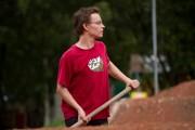 Konrad Wauer hat schon am legendären Tennisplatz gebaut, jetzt hilft er auch auf der 4X Strecke beim Ausbessern.