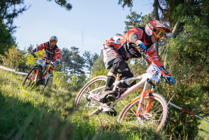 "Enrico Schaumburg und Robin Seifrath schenken sich auf den ersten Metern nichts … und organisieren Ende Oktober  das ""Check out the Orla-Trails"" Endurorennnen in Pösneck"